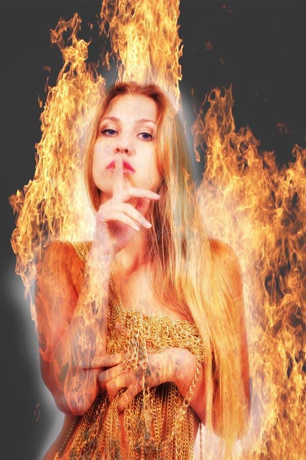 Mädchen auf dem Hintergrund des Feuers lizenzfreie stockfotografie