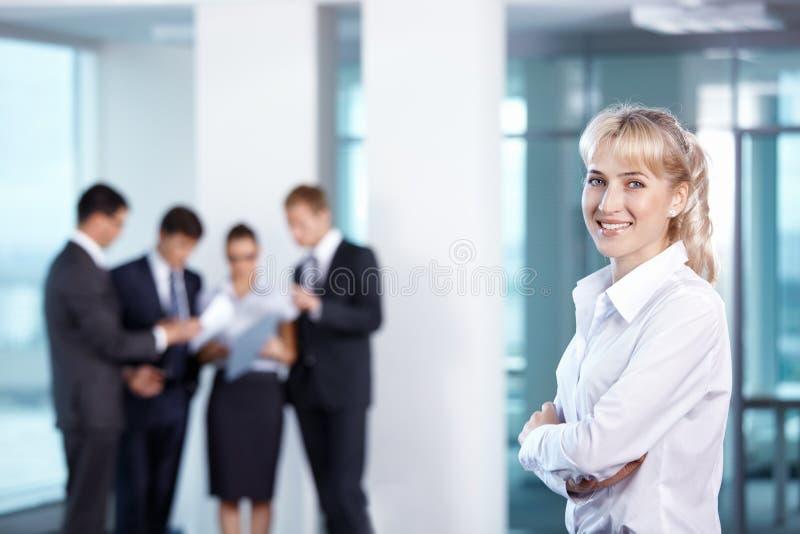 Mädchen auf dem Hintergrund des Geschäfts stockfotografie
