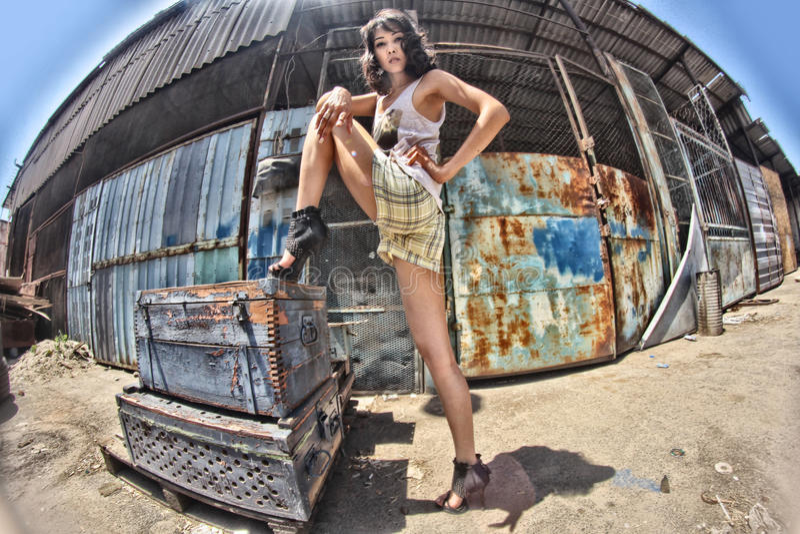 Mädchen auf dem Hintergrund eines verlassenen Lagers stockfotografie