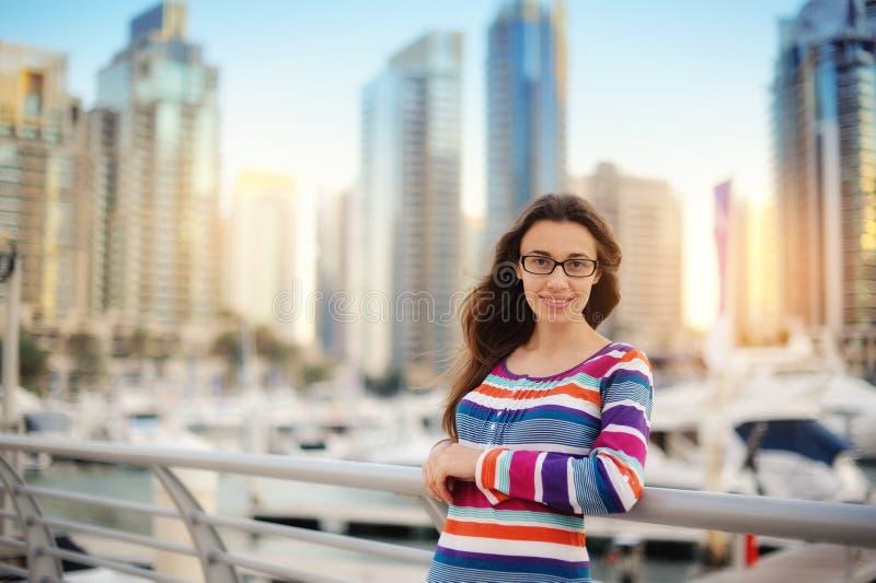 Mädchen auf dem Hintergrund von Wolkenkratzern lizenzfreie stockfotografie