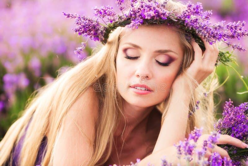 Mädchen auf dem Lavendelfeld stockfotografie