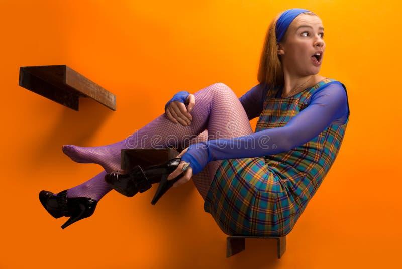 Mädchen auf dem orange Hintergrund lizenzfreie stockfotos