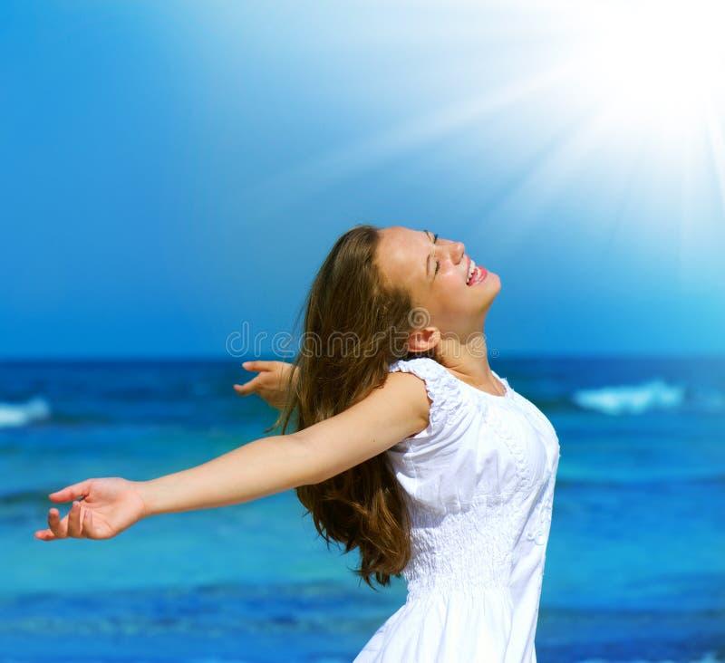Mädchen auf dem Ozean-Strand lizenzfreie stockfotos