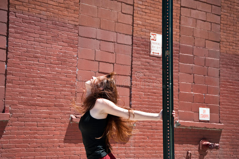 Mädchen auf dem Straßentanzen stockbilder