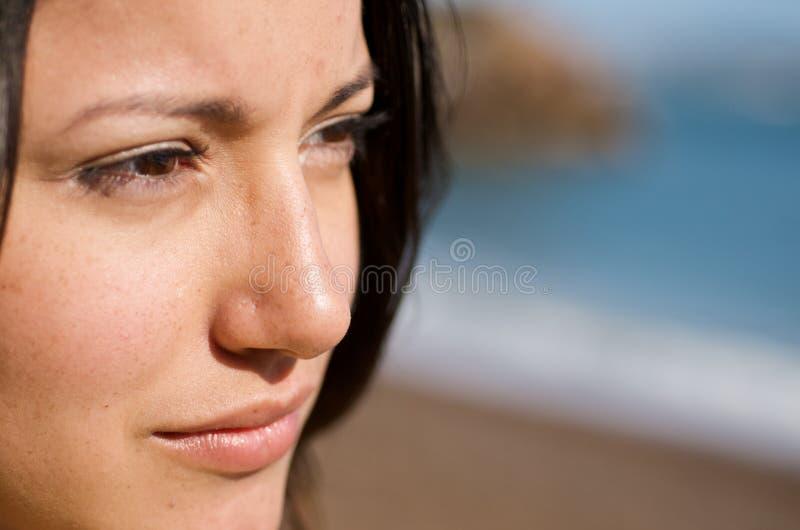 Mädchen auf dem Strand Portraitabschluß oben lizenzfreies stockfoto