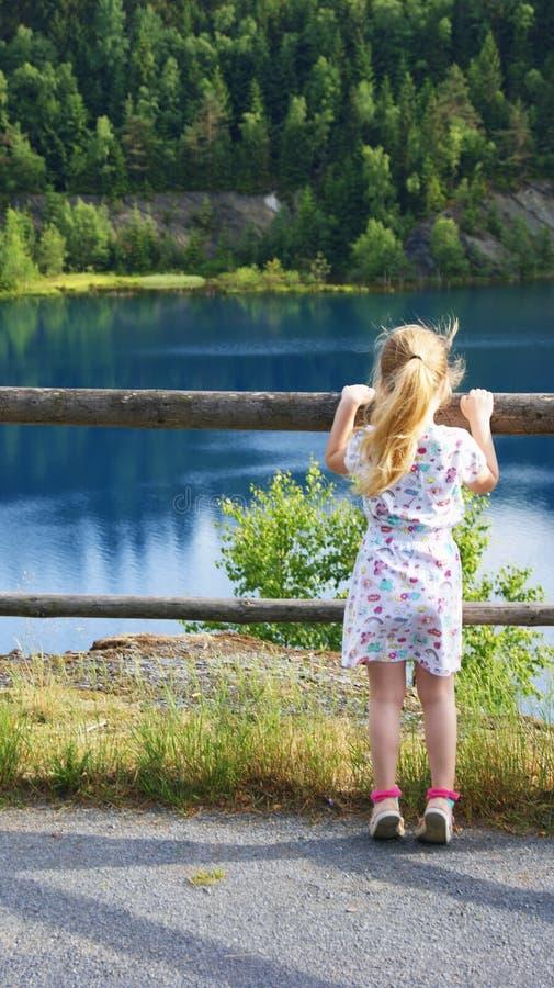 Mädchen auf dem Ufer von einem Gebirgssee lizenzfreies stockbild