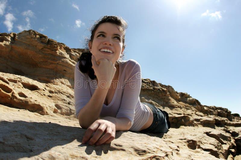 Mädchen auf den Felsen stockbilder