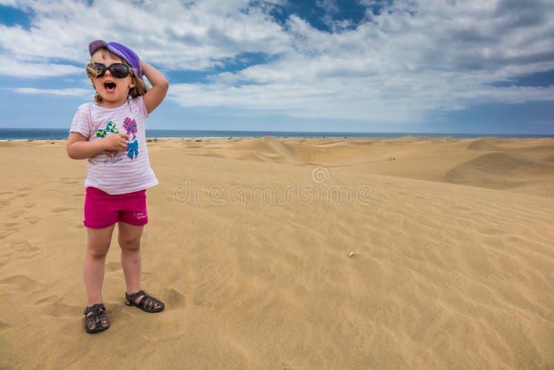 Mädchen auf den Sanddünen stockfotografie