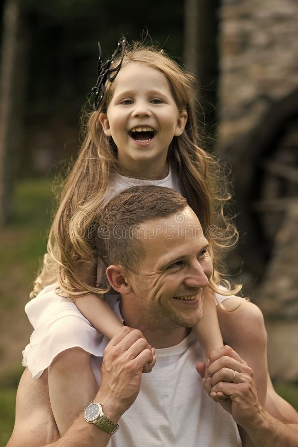 Mädchen auf den Schultern des Vatis Mädchenkinderlächeln auf Mannschultern stockfotos