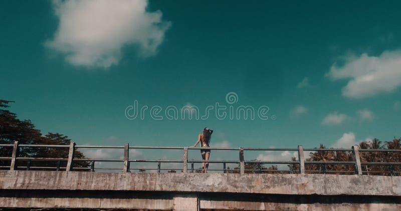 Mädchen auf der Brücke stockfotos