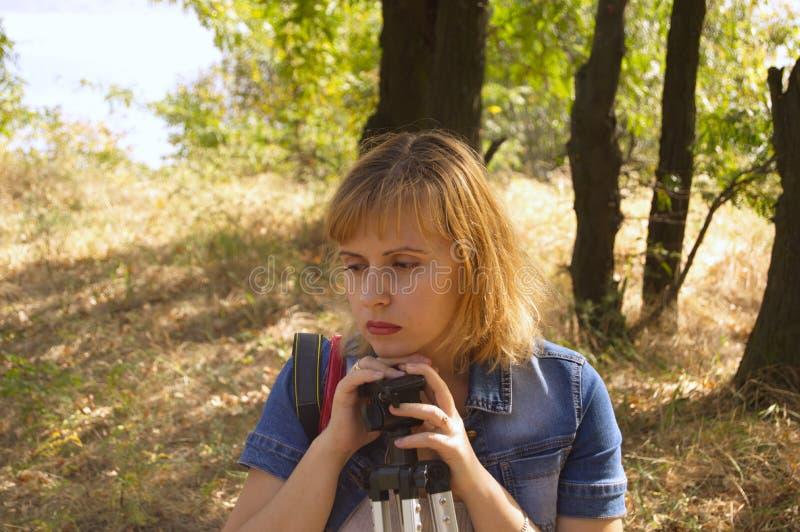 Mädchen auf der Natur lizenzfreies stockbild