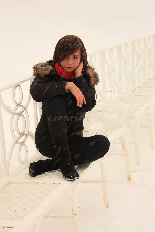 Mädchen auf der weißen Bank stockbilder