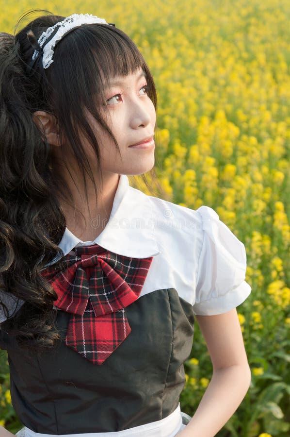 Mädchen auf einem Blumengebiet stockbild