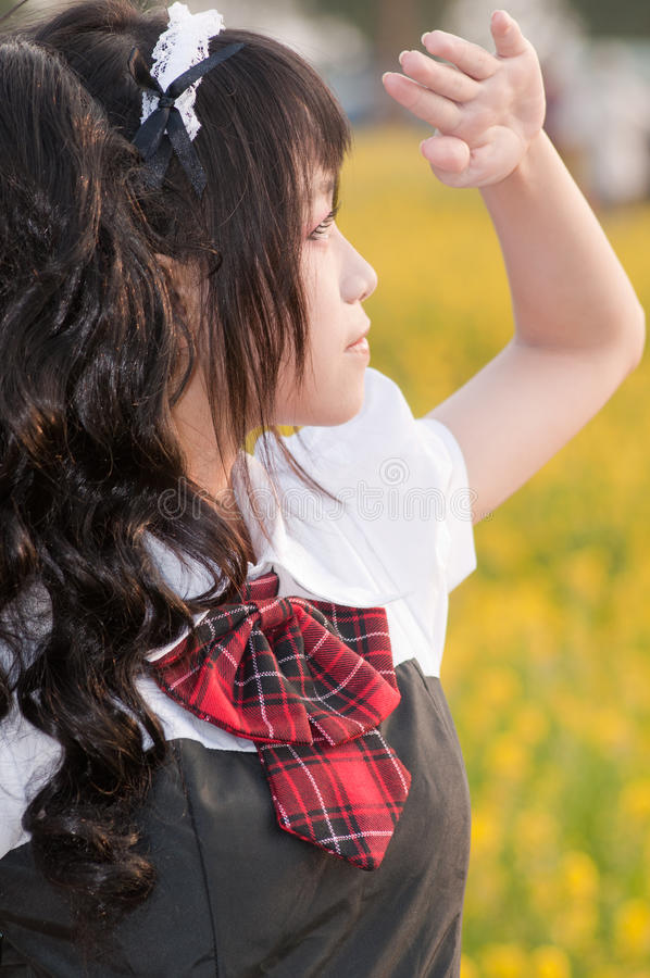 Mädchen auf einem Blumengebiet lizenzfreies stockfoto