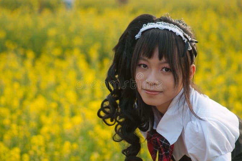 Mädchen auf einem Blumengebiet stockfotografie