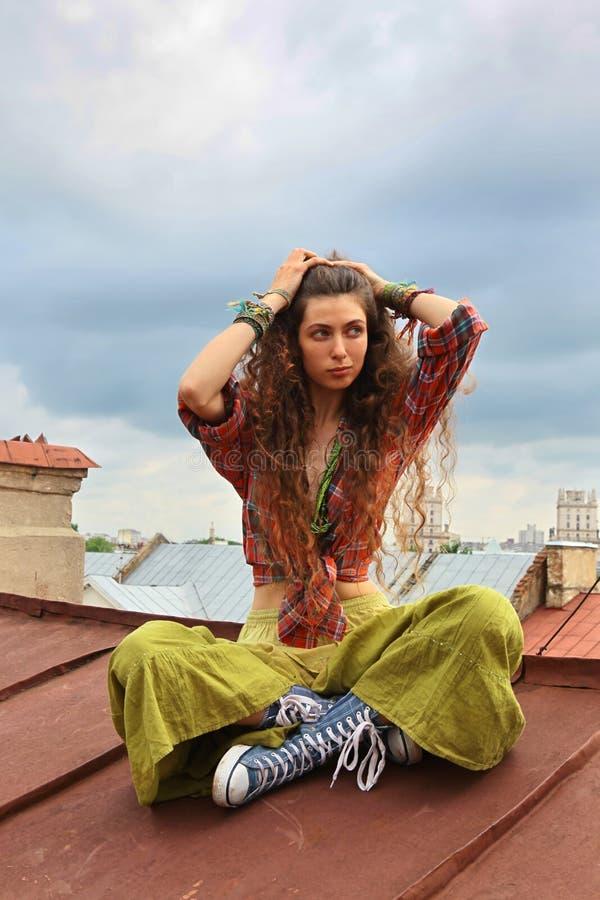 Mädchen auf einem Dach stockfoto