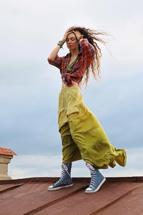 Mädchen auf einem Dach lizenzfreie stockbilder