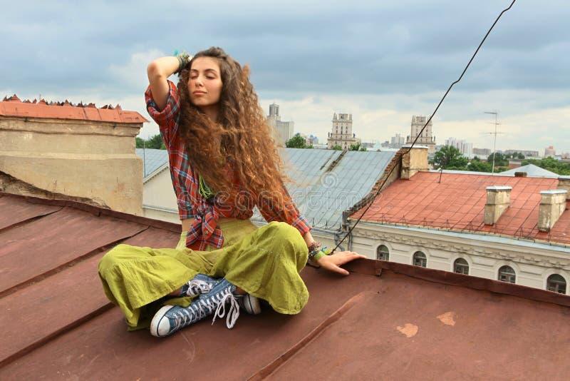 Mädchen auf einem Dach lizenzfreies stockfoto