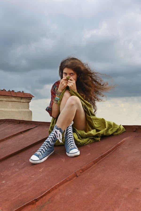 Mädchen auf einem Dach stockfotografie