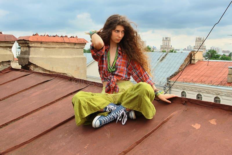 Mädchen auf einem Dach stockbild