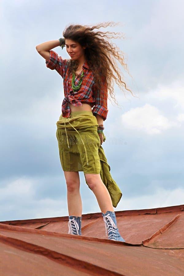 Mädchen auf einem Dach lizenzfreies stockbild
