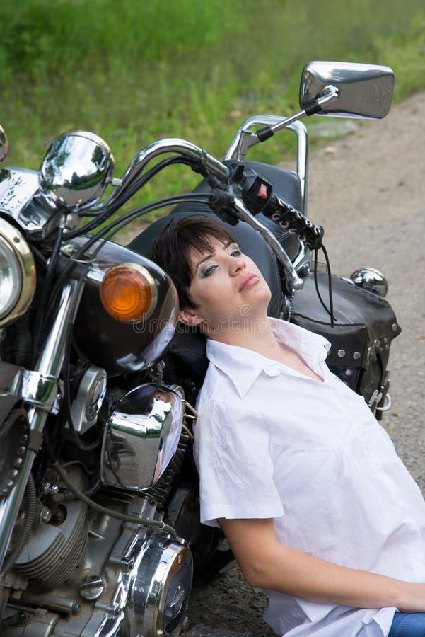 Mädchen auf einem Fahrrad lizenzfreies stockbild