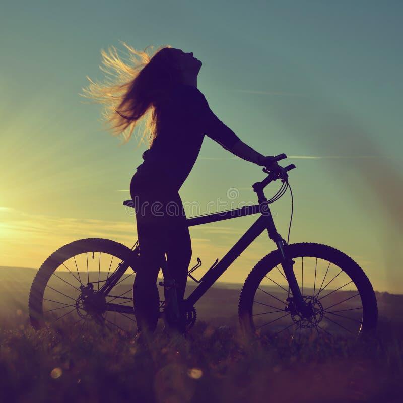 Mädchen auf einem Fahrrad stockbilder