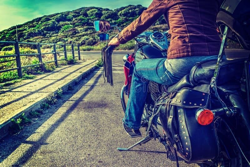 Mädchen auf einem klassischen Motorrad lizenzfreies stockfoto