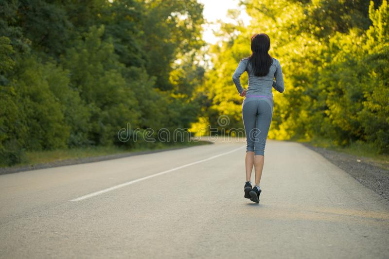 Mädchen auf einem Morgenlauf lizenzfreie stockfotos