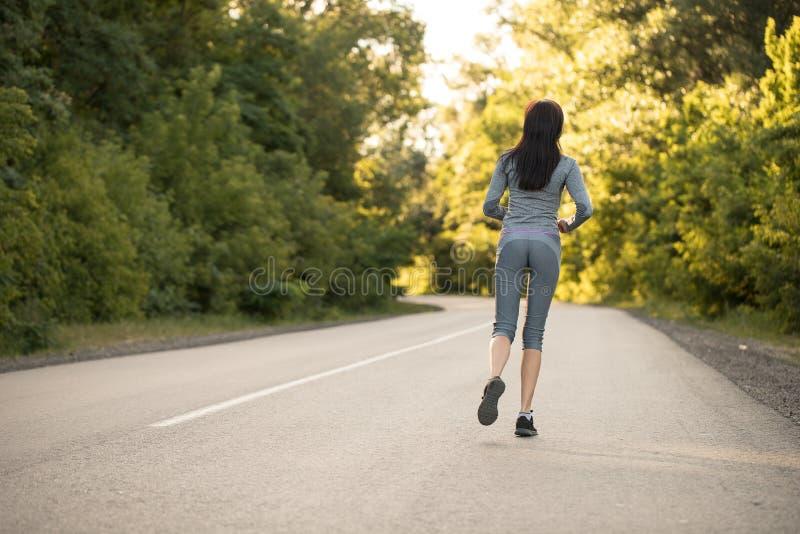 Mädchen auf einem Morgenlauf lizenzfreie stockbilder