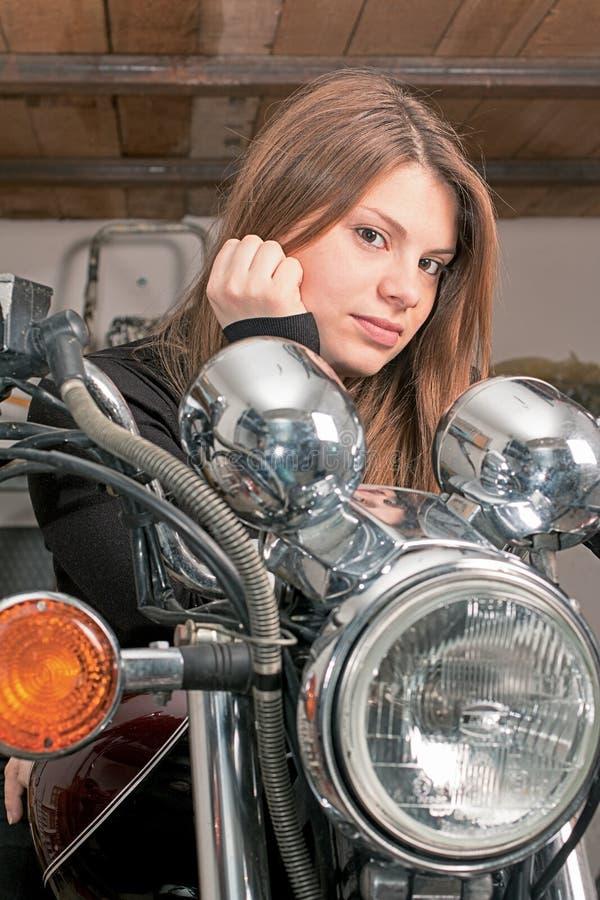 Mädchen auf einem Motorrad lizenzfreies stockbild