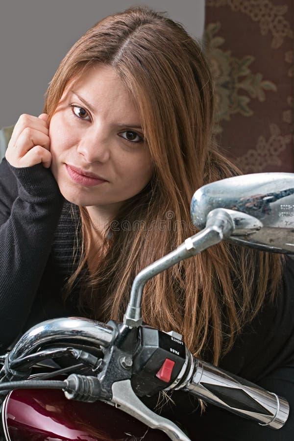 Mädchen auf einem Motorrad stockfotografie