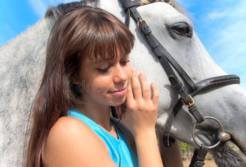 Mädchen auf einem Pferd stockfotografie