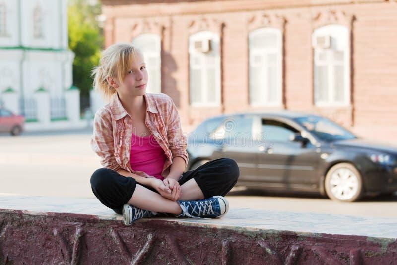 Mädchen auf einer Stadtstraße lizenzfreies stockbild
