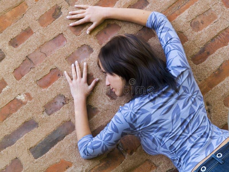 Mädchen auf einer Wand lizenzfreies stockfoto