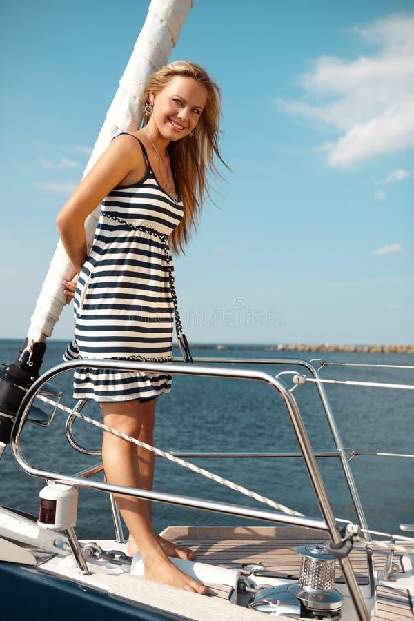 Mädchen auf einer Yacht lizenzfreie stockfotografie