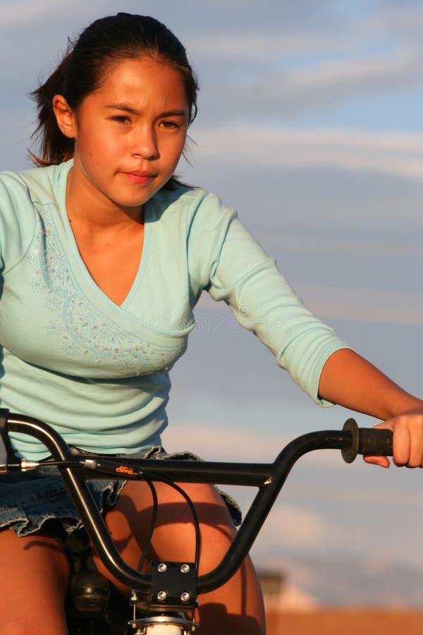 Mädchen auf Fahrradfahrt lizenzfreie stockbilder