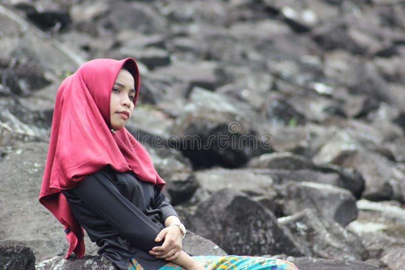 Mädchen auf Felsen lizenzfreies stockfoto