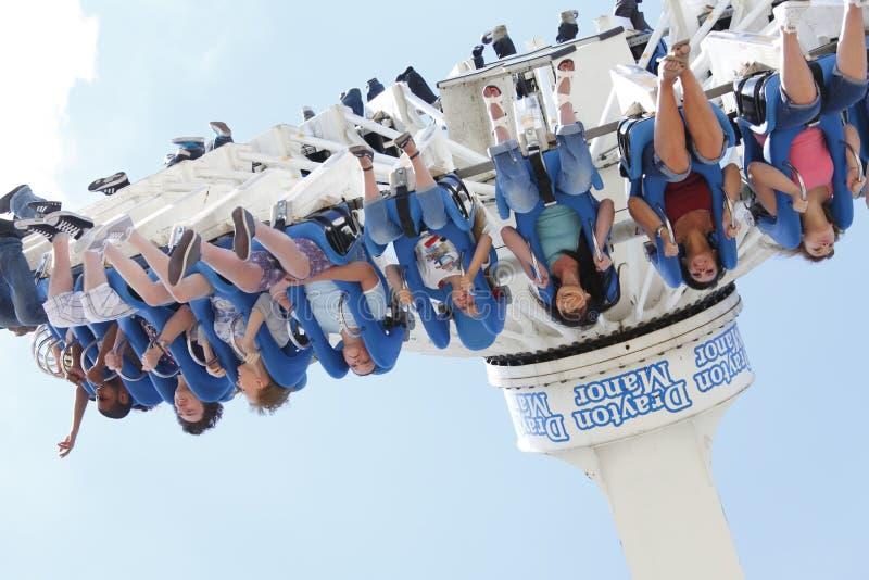Mädchen auf Freizeitpark Funfairfahrt lizenzfreies stockbild