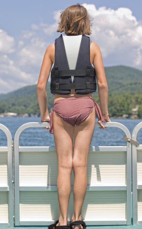 Mädchen auf Front des Ponton-Bootes stockfotografie