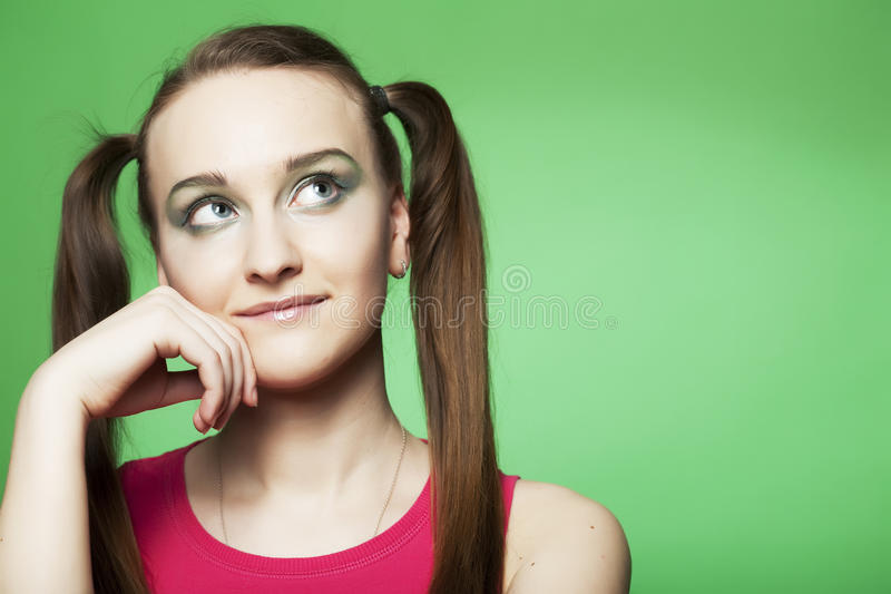Mädchen auf grünem Hintergrund lizenzfreie stockfotos