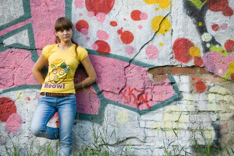 Mädchen auf Graffitihintergrund stockbilder