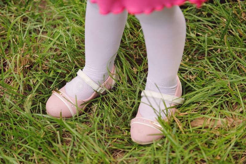 Mädchen auf Gras stockfotos