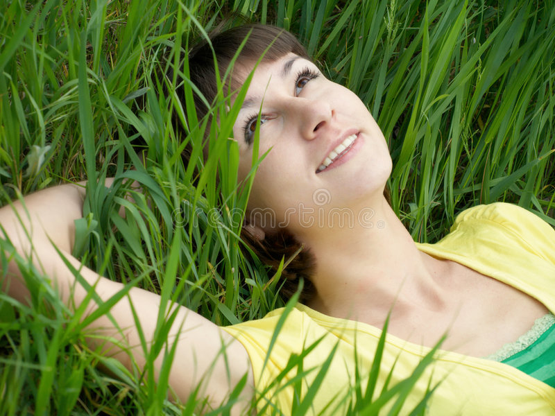 Mädchen auf Gras stockbild