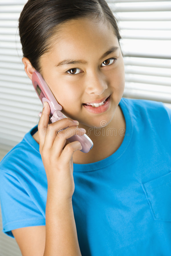 Mädchen auf Handy. stockbild