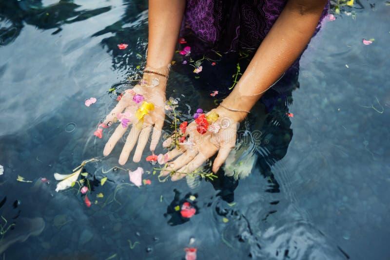 Mädchen auf heiligen Frühlingen Bali lizenzfreies stockbild