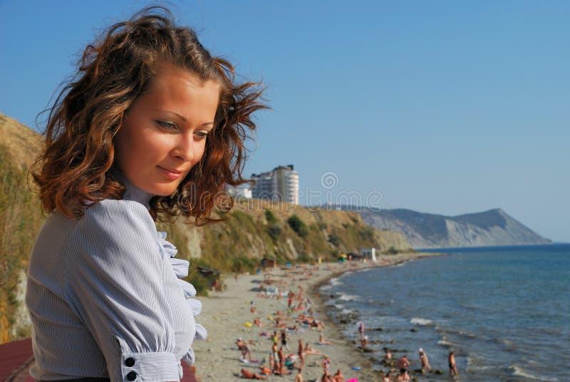 Mädchen auf Küste lizenzfreies stockfoto