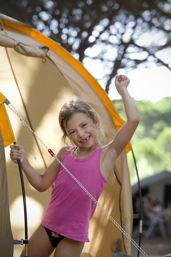 Mädchen auf kampierenden Ferien lizenzfreies stockfoto