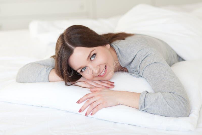 Mädchen auf Kissen lizenzfreie stockbilder