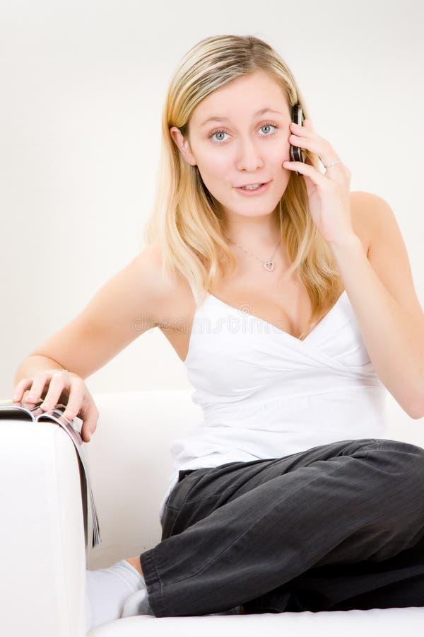 Mädchen auf Mobiltelefon lizenzfreie stockbilder